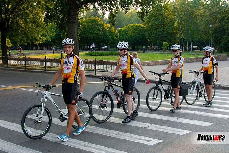 Велосипедисты правильно переходят дорогу